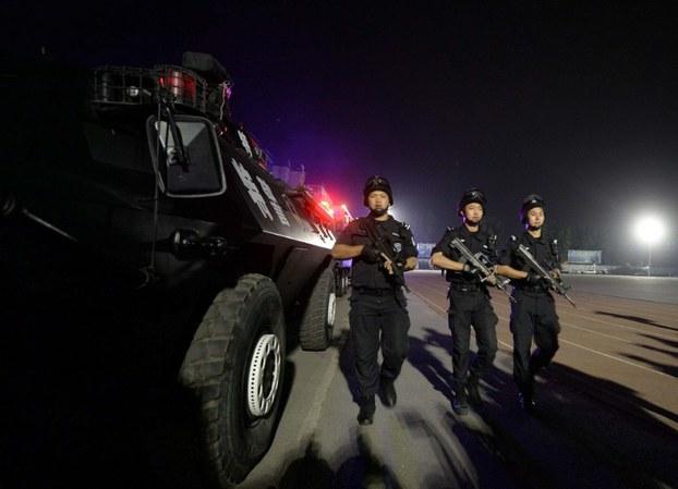 新疆阿克苏袭警案后市内加强戒备 北京连夜高调举行反暴恐演练