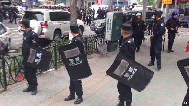 В результате серии взрывов в Китае погибли более 30 человек