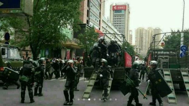 Oeigoeren gaan politie te lijf met messen