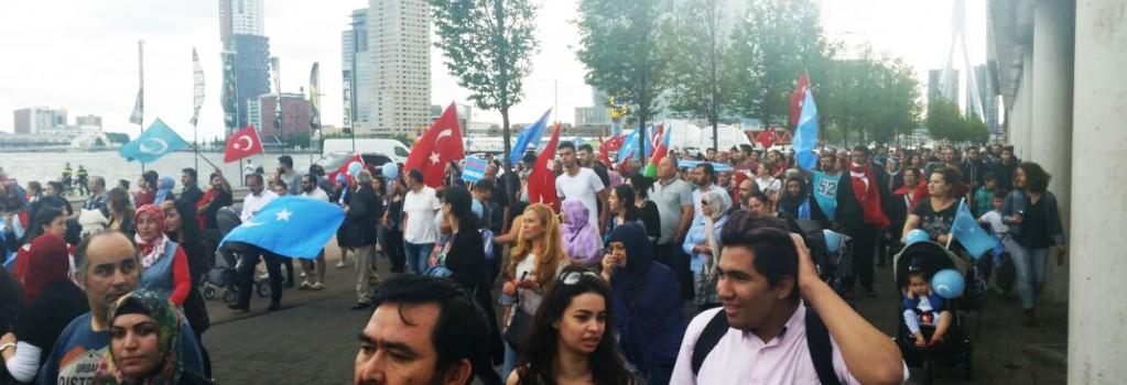 Duizend demonstranten in Rotterdam voor onderdrukte Oeigoeren
