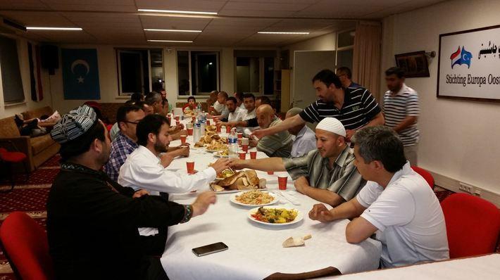 Gollandiyediki uyghurlar türk qérindashlirigha iptarliq berdi