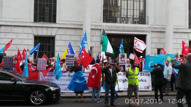 旅英维族在伦敦中使馆前纪念75事件