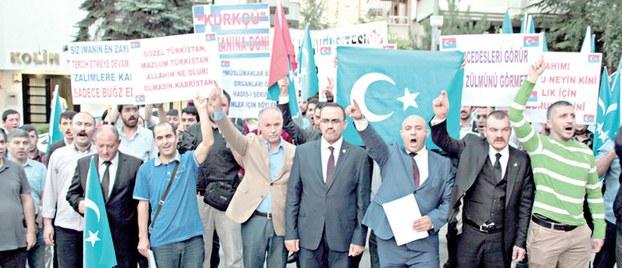 Uyghurlar enqerediki xitay elchixanisigha bésip kirishke tirishti