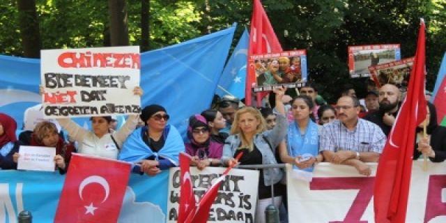 Çin'in Lahey Büyükelçiliği önünde Uygur protestosu