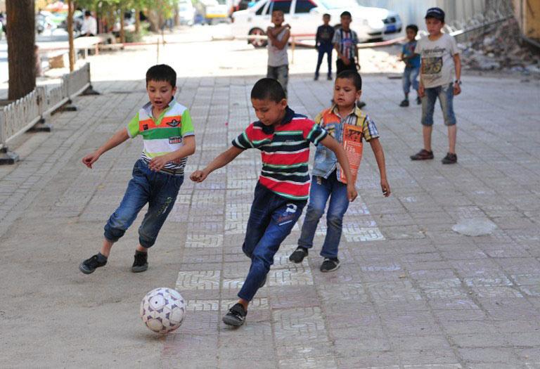 """维族被视作潜在""""反恐""""对象 新疆少年足球专才前途堪忧"""