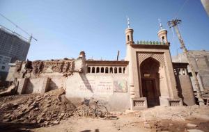 uygur-halki-camilerini-yikan-cine-tepkili