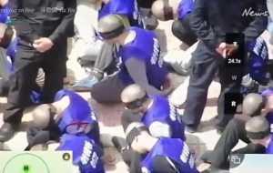 令人不寒而栗的視頻顯示,中國警察轉移了數百名蒙著雙眼的維吾爾人